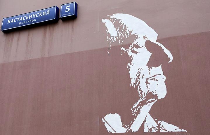 Рядом с «Ленкомом» появилось граффити с изображением Марка Захарова